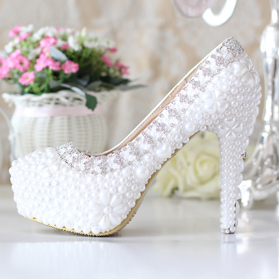 241970a5ad2d16 Вибираємо білі весільні туфлі або босоніжки на весілля   Мода